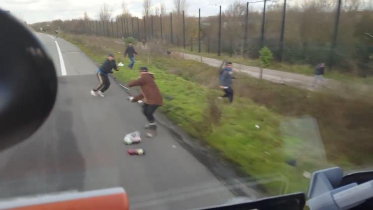 Africký migrant se snažil zablokovat silnici v Calais a takhle to dopadlo. Řidič ho srazil a zabil...