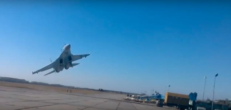 Ukrajinský pilot nebezpečným manévrem těsně minul diváky nad jejich hlavami