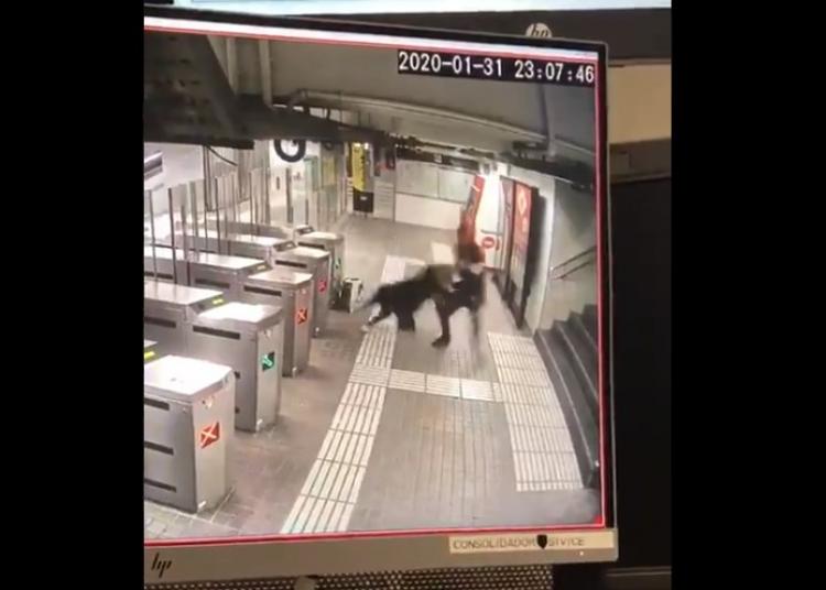 Migrant brutálně napadl starou ženu v metru