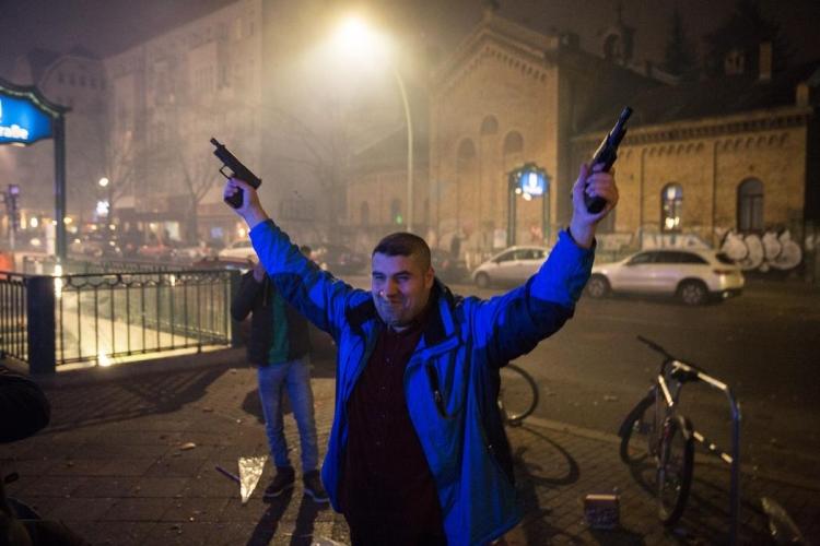 Takhle řádila nejen mládež v Berlíně. Zapálený vůz, střelba a nebezpečné střílení pyrotechniky