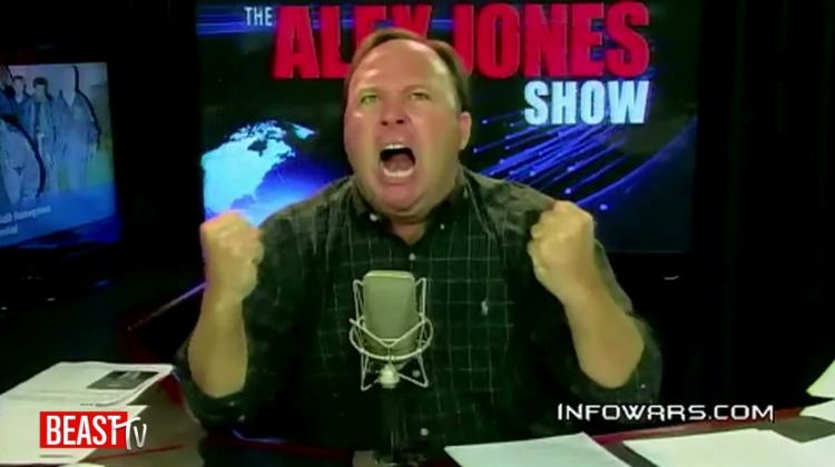 Rozzuřený Alex Jones zaútočil na Trumpa a varoval ho. Padala slova o zradě a sprosté nadávky